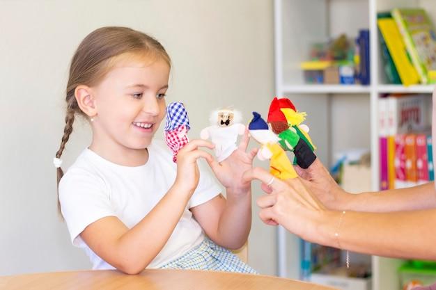 Aulas de desenvolvimento e terapia da fala com uma criança