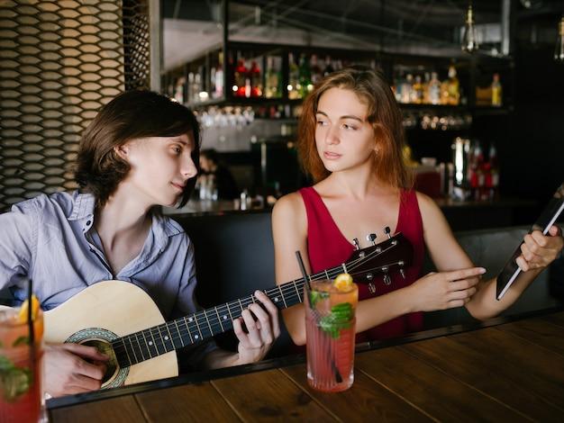 Aulas de ensino de música online. os jovens aprendem a tocar instrumentos por meio do