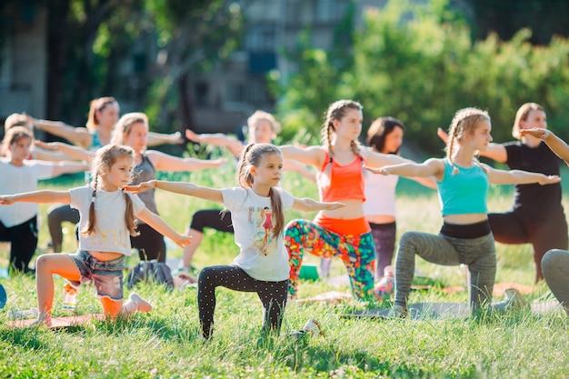 Aulas de ioga ao ar livre. kids yoga,