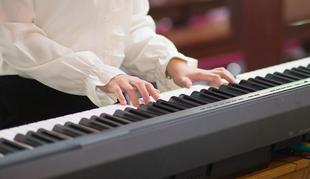 Aulas de piano e tocar piano