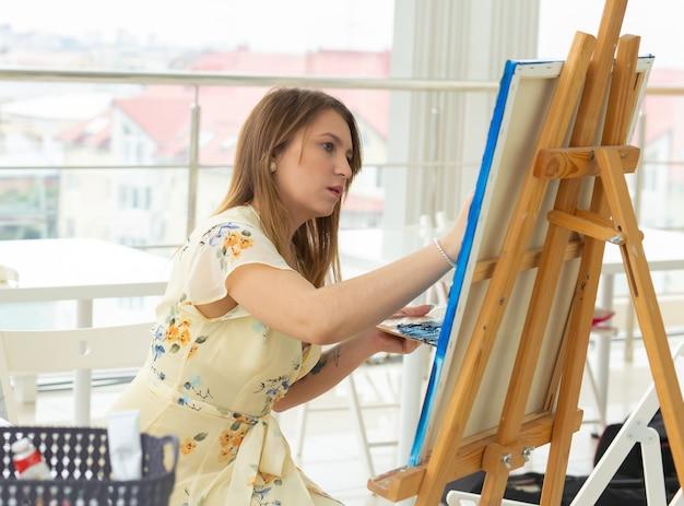 Aulas de pintura de arte, cursos de desenho habilidades imaginação e inspiração aluna encantadora