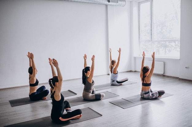 Aulas em grupo de ioga dentro da academia