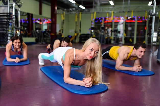 Aulas em grupo no ginásio