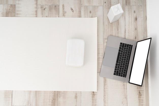 Aulas online de ioga no laptop