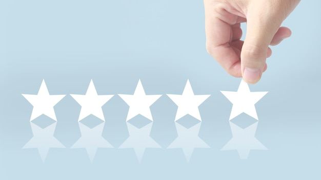 Aumentar ao aumentar cinco estrelas na mão humana, aumentar o conceito de classificação de avaliação de classificação