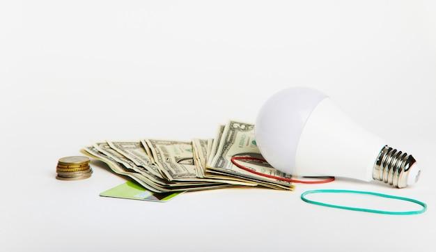 Aumento das tarifas de eletricidade, transição para eletricidade verde econômica. lâmpada led na mesa.