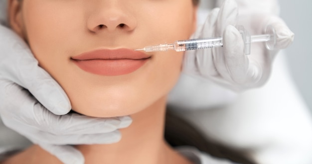 Aumento e aprimoramento de lábios em salão profissional