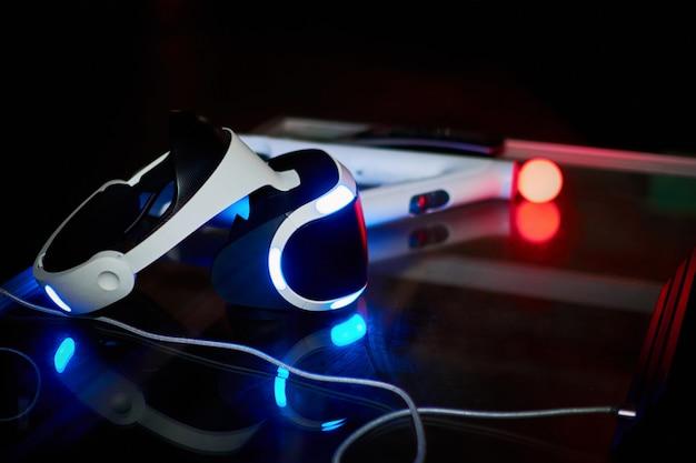 Auricular de realidade virtual closeup em um fundo escuro