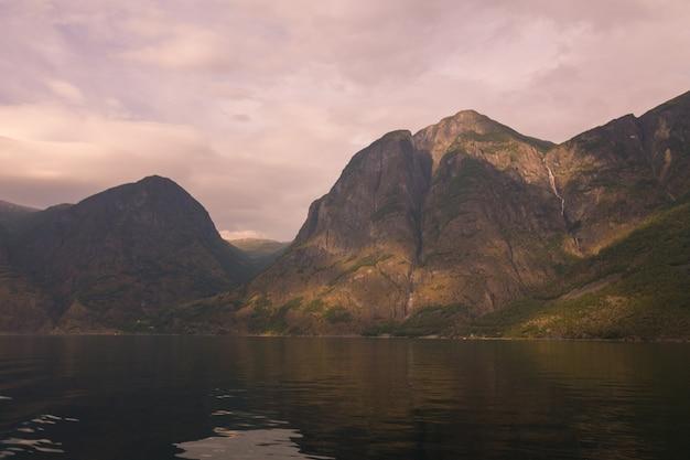 Aurlandsfjorden e nærøyfjord, dois dos braços mais notáveis do sognefjorden (fiorde dos sonhos) na noruega.