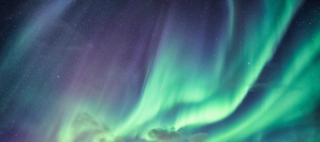 Aurora boreal, aurora boreal com estrelas no céu noturno do círculo ártico