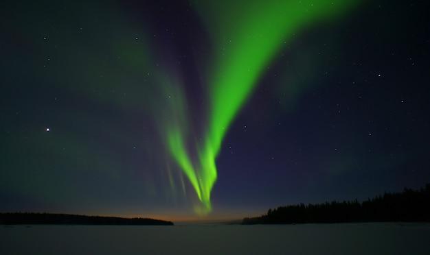 Aurora boreal. círculo ártico noturno com luzes do norte
