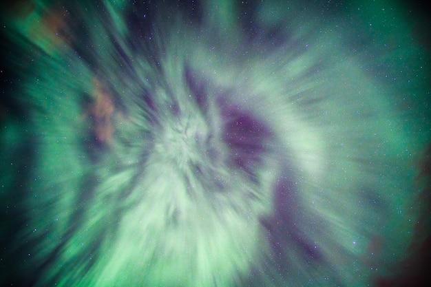 Aurora boreal colorida, aurora boreal no céu noturno