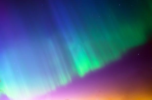 Aurora boreal colorida. estrelas do céu à noite.