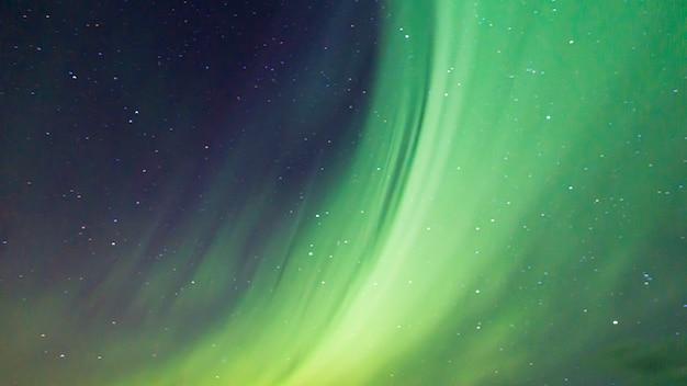 Aurora boreal colorida no céu