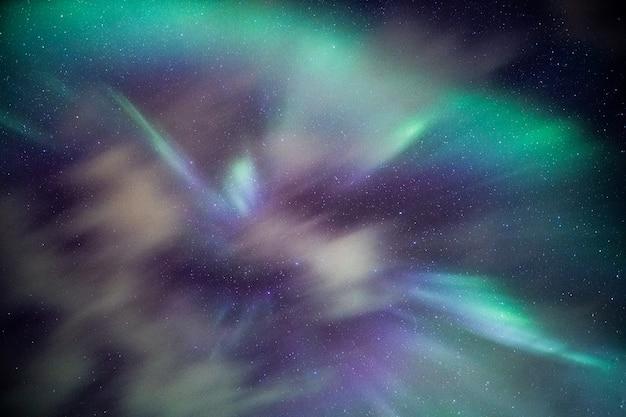 Aurora boreal colorido com estrelas no céu