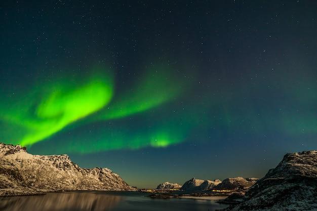 Aurora boreal dramática, luzes polares sobre montanhas no norte da europa