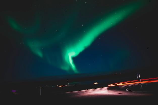 Aurora boreal em uma noite em islândia.