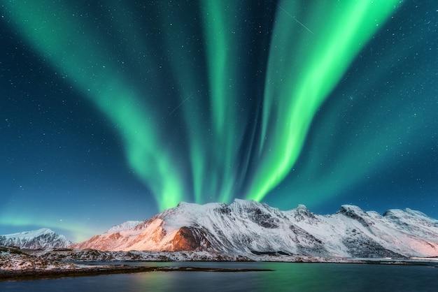 Aurora boreal, ilhas lofoten, na noruega.