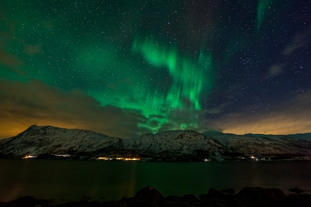 Aurora boreal incrível, aurora boreal sobre as montanhas no norte da europa - ilhas lofoten, noruega