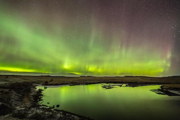 Aurora boreal nas noites frias da islândia