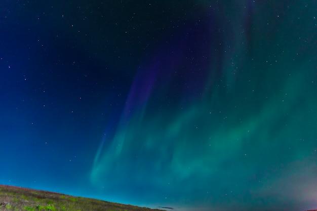 Aurora boreal no céu na península de reykjanes no sul da islândia