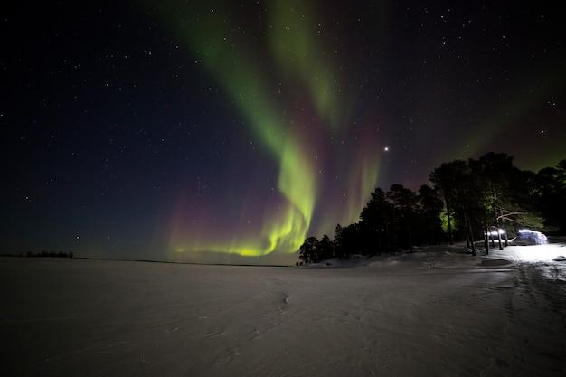 Aurora boreal no lago inari, lapônia, finlândia