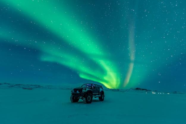 Aurora boreal sobre veículo