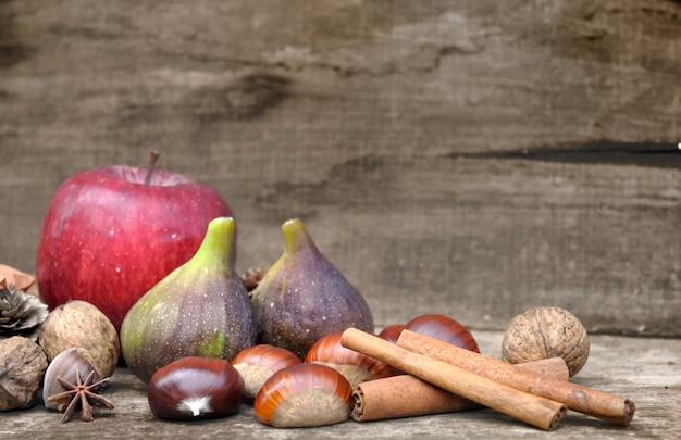 Aurumn frutas em madeira rústica