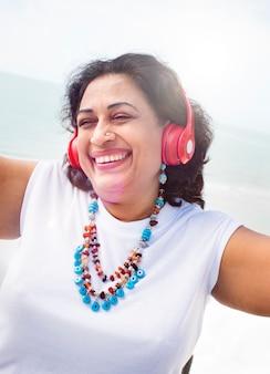 Auscultadores da mulher que escuta o conceito do estilo de vida da música