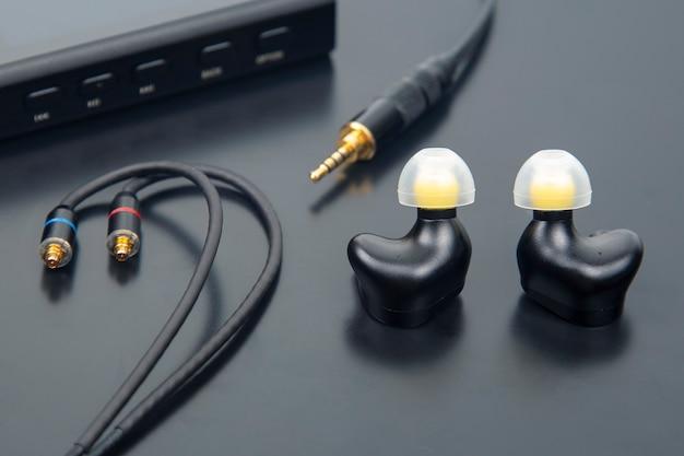 Auscultadores intra-auriculares para leitor de música hi-fi. som de áudio e equipamento moderno para amantes de música e audiófilos