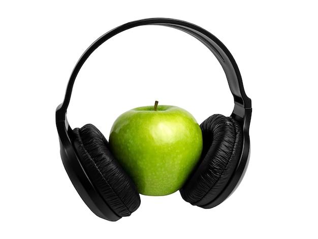Auscultadores sem fios pretos modernos com uma maçã verde
