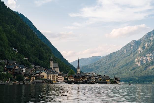 Áustria, vila histórica da unesco de hallstatt. vista panorâmica de cartão-postal da famosa vila de montanha nos alpes austríacos em salzkammergut