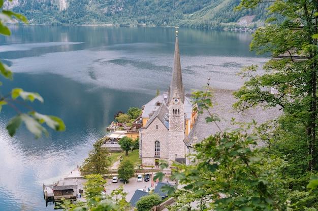 Áustria, vila histórica da unesco de hallstatt. vista panorâmica de cartão postal da famosa vila de montanha nos alpes austríacos na área de salzkammergut em bela luz no verão. vistas sobre os telhados do lago.