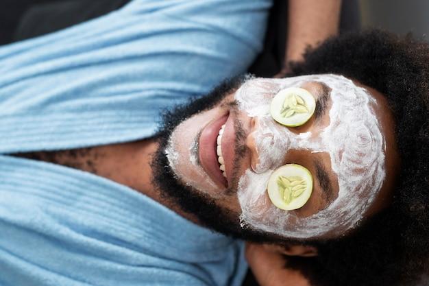 Auto-cuidado em casa com máscara facial