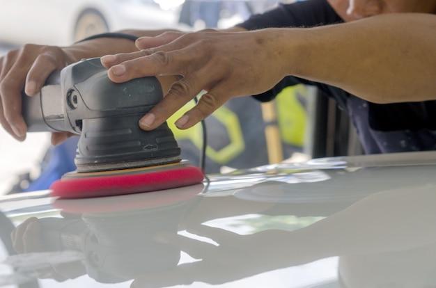 Auto detalhando carro