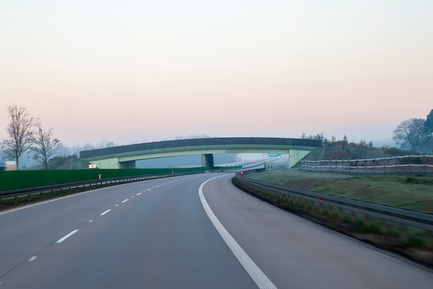 Auto-estrada rápida na alemanha com muros altos nas laterais