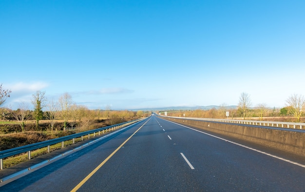 Auto-estrada sem tráfego em dia de sol. bloqueio na irlanda.