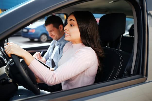 Auto instrutor e aluno em um carro