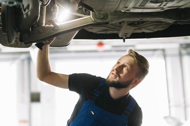 Auto mecânica olhando a nave do carro