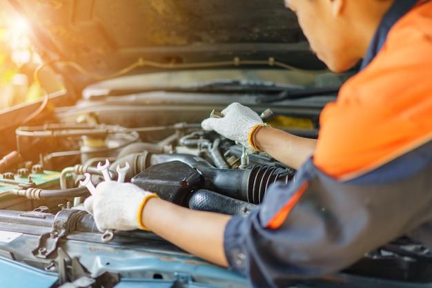Auto mechanic preparing para o trabalho.