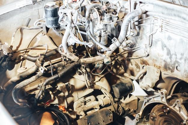 Auto motor na garagem