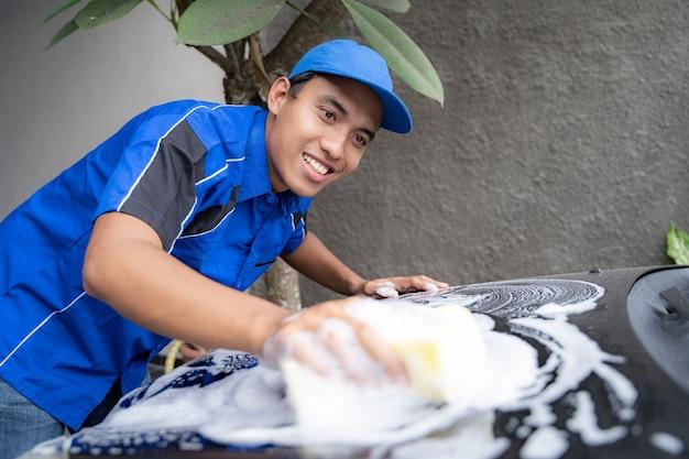 Auto pessoal de serviço no carro de limpeza uniforme azul