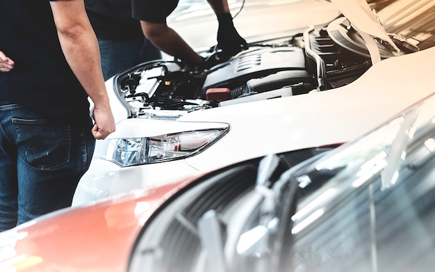 Auto reparo do mecânico carro do cliente na garagem
