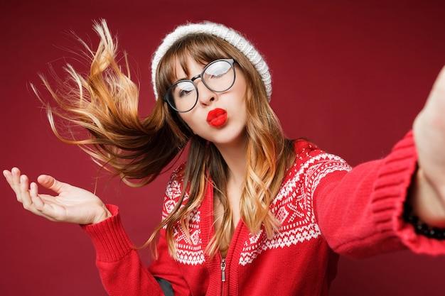Auto-retrato de mulher de cabelos compridos feliz em roupas de inverno