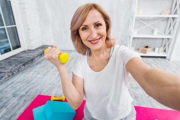 Auto-retrato, de, um, mulher bonita, exercitar, com, dumbbells