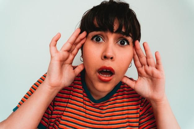 Auto-retrato de uma mulher branca com uma expressão facial preocupada