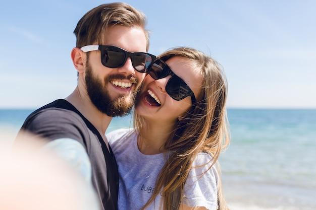 Auto-retrato em close de casal fofo
