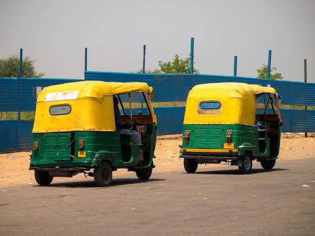 Auto riquixá, na cidade de nova deli, índia