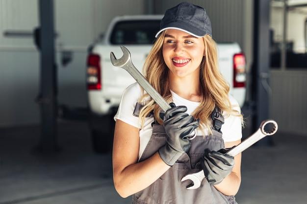 Auto serviço com empregado de mulher bonita