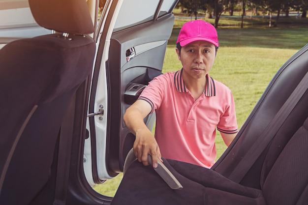 Auto serviço pessoal de limpeza do interior do carro com aspirador de pó